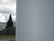 Fassadenverkleidung, Aluwelle in Kombination mit Großformatplatten